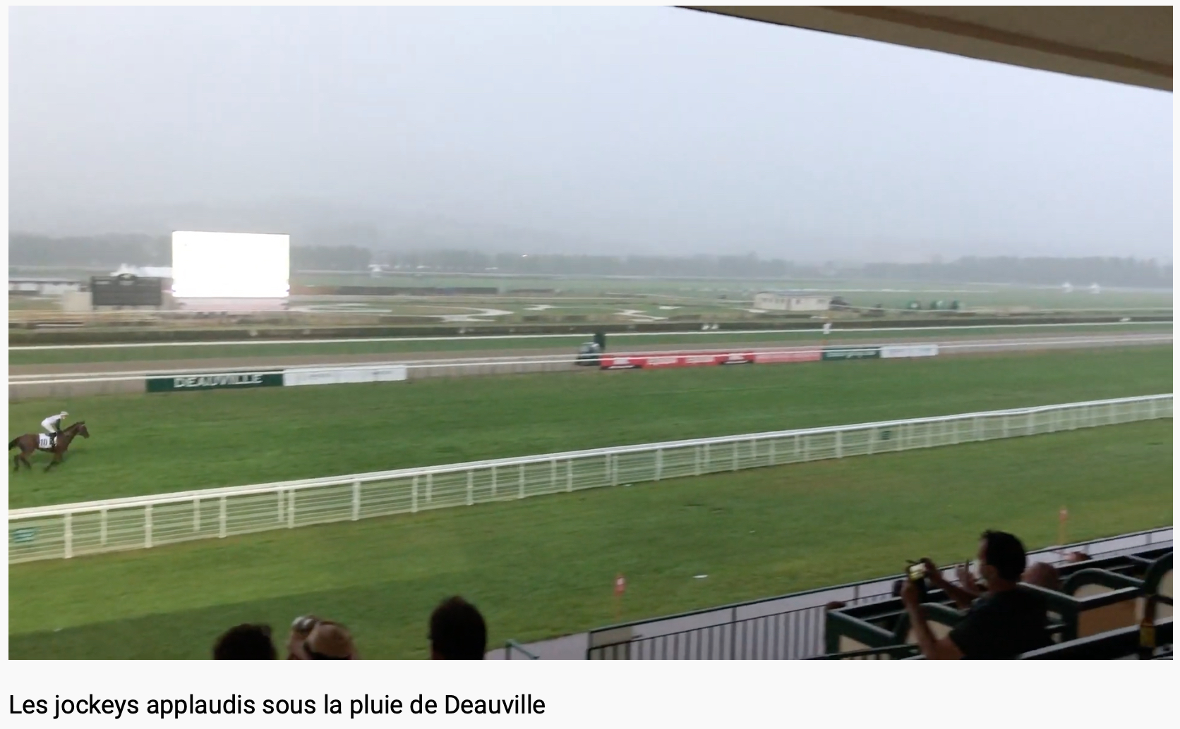 Les jockeys du handicap de la 7e applaudis !